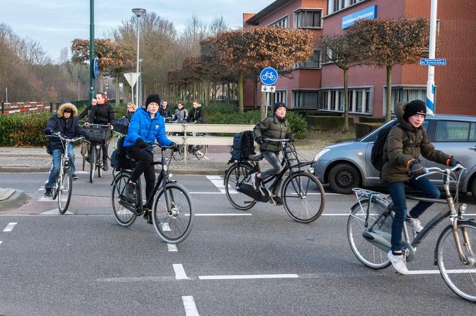 Het Schilderspad wordt veel door leerlingen van de scholen gebruikt om de drukke Spoorstraat over te steken. De gemeente wil dat afsluiten.