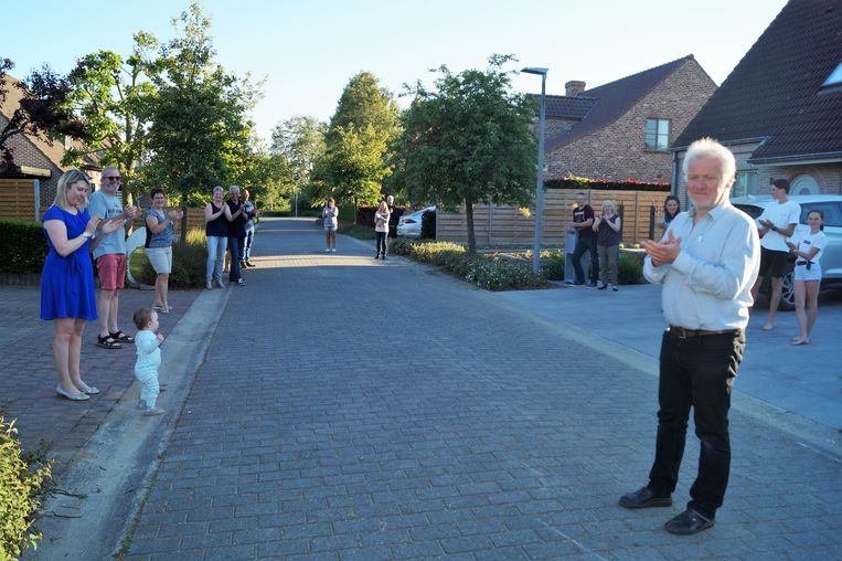 Het applaus in de Sint-Remigiusstraat. In de voorgrond zien we Dominique Coopman van Beweging.net, met aan de andere kant de jongste bewoonster van de straat, de kleine Camille (1).