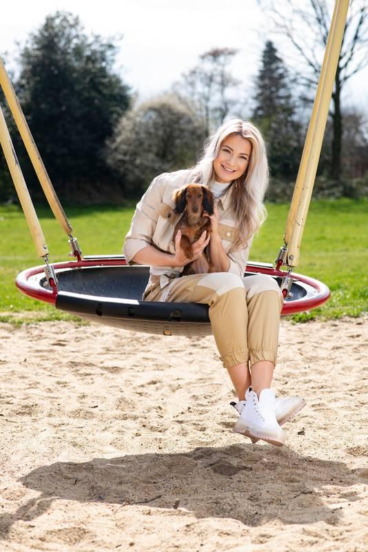 Miss World Nederland Leonie Hesselink woont sinds kort in Nijmegen. Ze gaat graag met haar teckel Bobbie naar het park aan de Bredestraat.