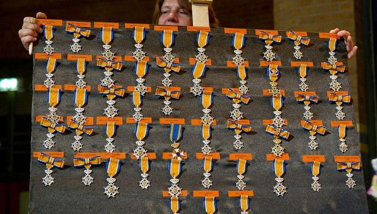 Drieenvijftig koninklijke onderscheidingen worden vrijdag in de Beurs van Berlage in Amsterdam klaar gezet voordat zij worden uitgereikt. Beeld anp