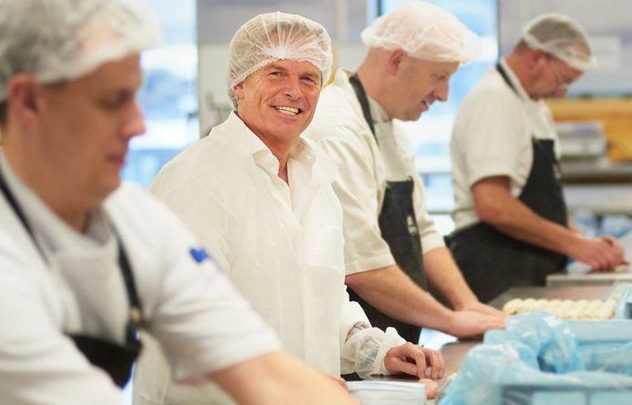 Bob Hutten tussen de bakerij-medewerkers van zijn bedrijf Hutten in Veghel.
