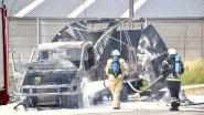 Kleine vrachtwagen brandt uit: bestuurder kan ontkomen