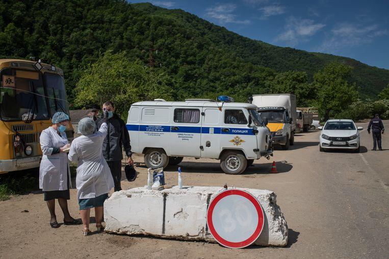 Een medisch checkpoint bij Koebatsji. Nadat lang is ontkend dat corona in Dagestan slachtoffers maakte, zijn nu her en der maatregelen getroffen om het aantal reizigers te beperken. Beeld Yuri Kozyrev / Noor