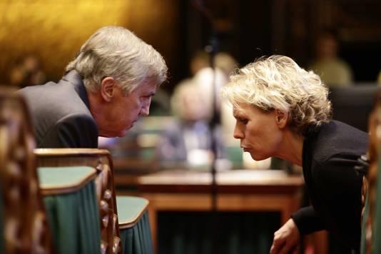 Loek Hermans in gesprek met PvdA-fractievoorzitter Marleen Barth tijdens de stemming in de Eerste Kamer over de komst van een nieuwe zorgpolis in 2016. Archieffoto.