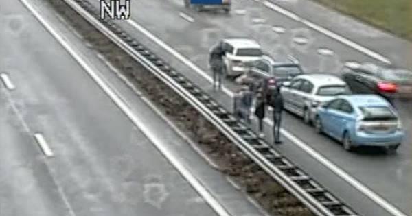 File op A12 na ongeluk met vier autos.