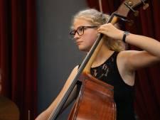 Judith uit Hengelo doet mee aan Prinses Christina Concours met contrabas: 'Finale zou fantastisch zijn'