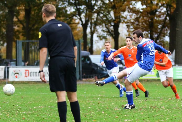 Joeri Cuppen van Festilent (19) neemt een strafschop.