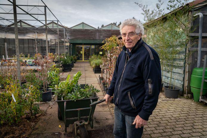 Wim de Vries, bezig met de laatste werkweken in zijn tuincentrum.
