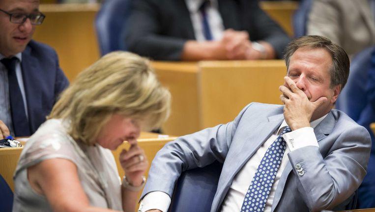 D66 Kamerlid Pia Dijkstra wordt gefeliciteerd door fractievoorzitter Alexander Pechtold na aanname van haar wetsvoorstel tot wijziging van de Wet op de orgaandonatie in de Tweede Kamer. Beeld null