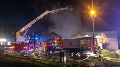 Woning onbewoonbaar nadat dak volledig wegbrandt