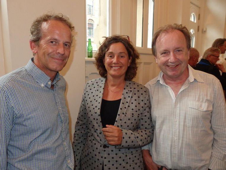 Alex Schijffelen en Paulien Loerts van Singel Uitgevers, en uitgever in ruste Vic van de Reijt, die niet met een flesje Heineken op de foto wil. Dat op de vensterbank, ja. Beeld Hans van der Beek
