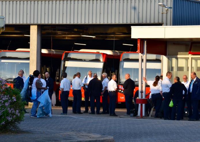 Collega's van de overvallen chauffeur onderbraken de dag na de overval hun werk.