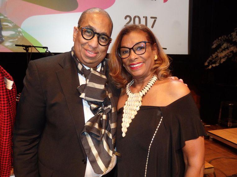 Projectleider John Leerdam en actrice Helen Kamperveen, de enige echte koningin van Paramaribo en de wijde omgeving Beeld Schuim