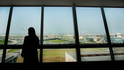 Luchthavenbewoner aan de haal met rugzak