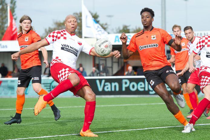 Kozakken Boys-aanvaller Kay Tejan, verantwoordelijk voor de gelijkmaker (2-2), haalt uit tegen Katwijk. Rechts Raoul Esseboom. FOTO BSRAGENCY/SOCCRATES