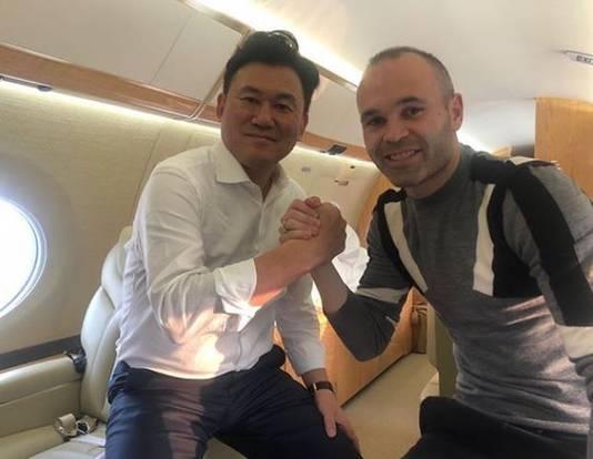 Andrés Iniesta met eigenaar Hiroshi Mikitani.