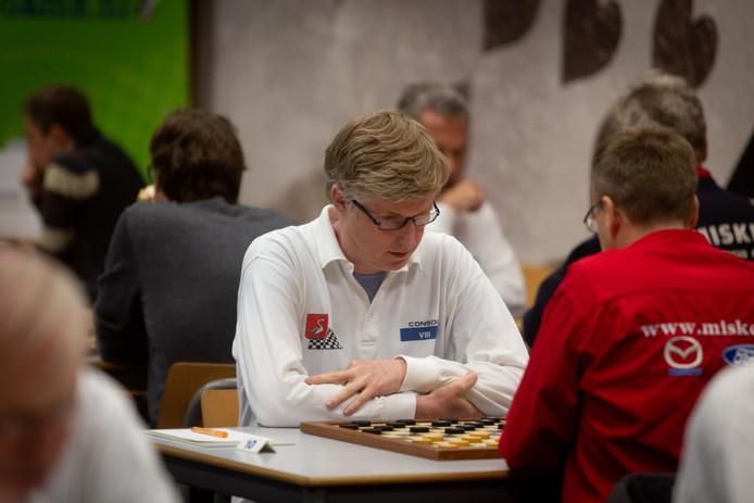 Johan Krajenbrink doet mee aan het NK dammen in Nijmegen.