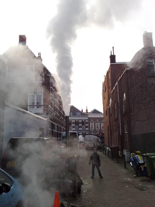 Stoom spuit in 2009 uit het riool tijdens ondergrondse onderhoudswerkzaamheden in de De Roy van Zuidewijnlaan in Breda.