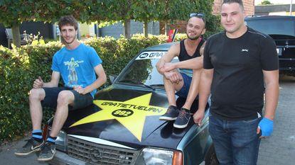 Vrienden met oldtimer aan start Budapest Rally