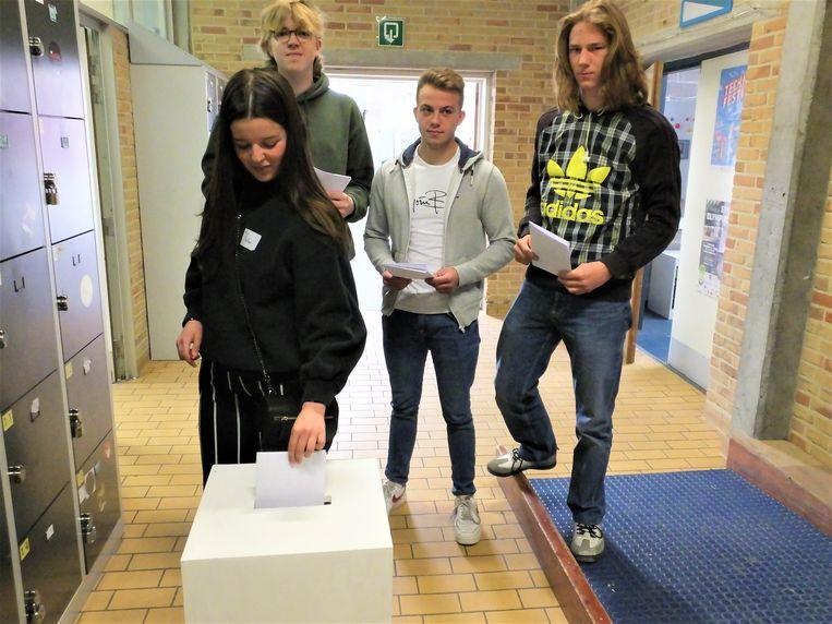 Deze leerlingen van Erasmusatheneum Deinze brengen hun stem uit.