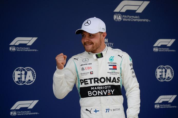 Valtteri Bottas balt zijn vuist na het winnen van de kwalificatie voor de GP van China.