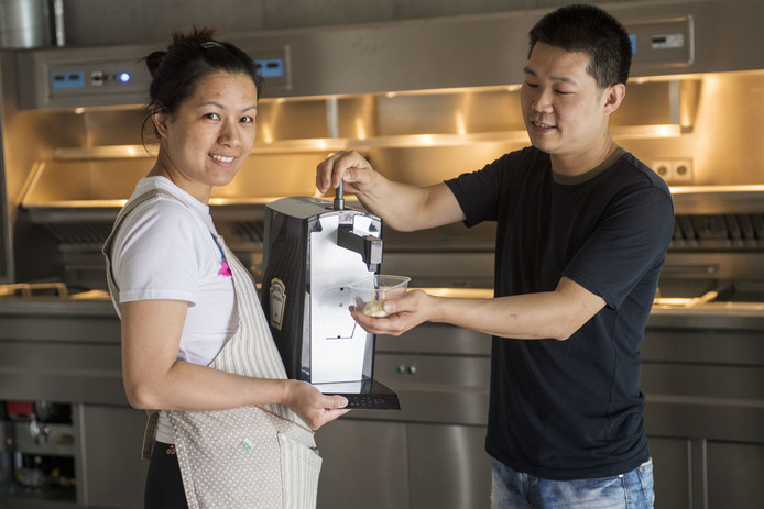 Eigenaar Eddy He en zijn vrouw Lisa Lin.