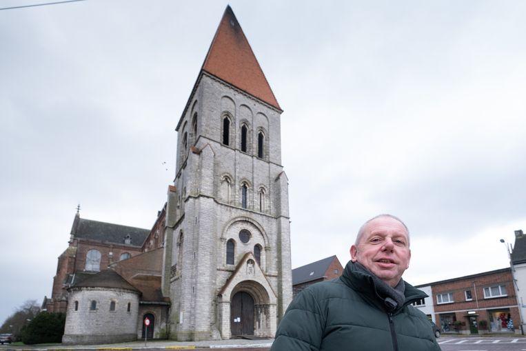 Schepen Jan Hendrickx bij de Sint-Pieterskerk, nog voor de stellingen rond de kerk werden geplaatst