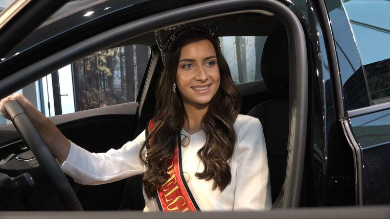Elena Castro Suarez in haar gloednieuwe auto.