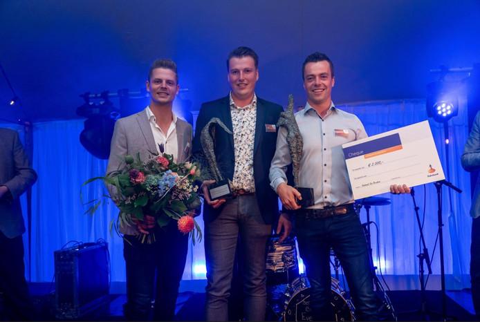 De winnaars op het podium. Met Wijkamp Farming Solutions links en Tomcars BV rechts.