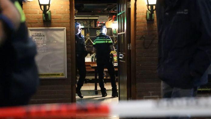 Politie, douane, de gemeente Arnhem en Belastingdienst bij een inval begin deze maand in drie cafés in de Arnhemse wijk Geitenkamp.