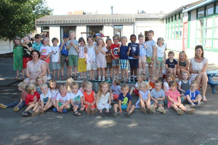 De twee juffen en de ruim 40 kleuters beleven hun laatste dagen op de wijkschool in Aalter.