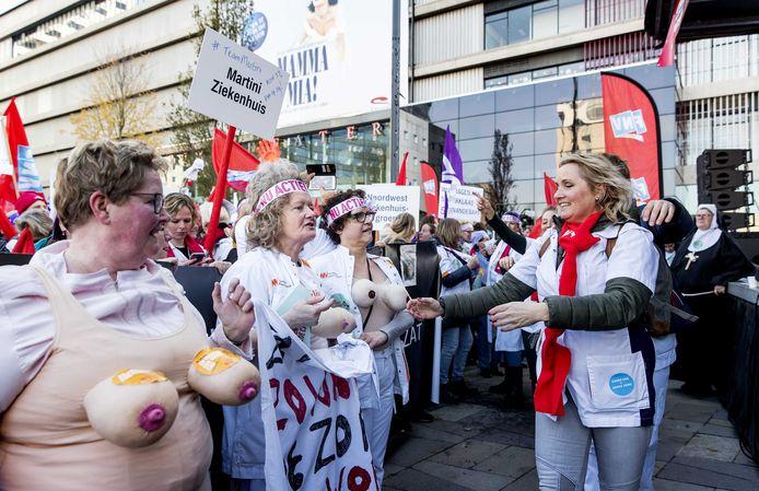 Ziekenhuispersoneel op het Jaarbeursplein protesteert onder de slogan 'De zorg wordt uitgekleed'