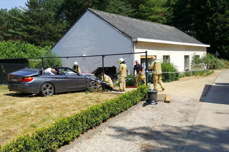 De BMW Cabrio doorde zich zonder remmen in het strijkatelier.