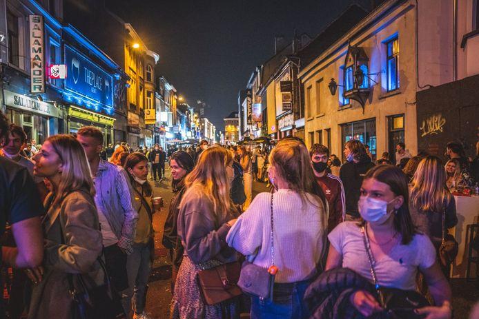 """De Overpoortstraat maandagavond laat. """"Dit is niet voor herhaling vatbaar"""", zegt de burgemeester"""