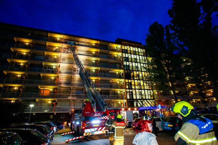 De brandweer heeft een ladderwagen ingezet om bij de brand op de zesde etage te kunnen komen.