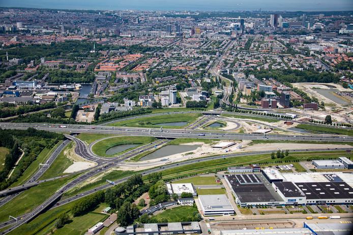 De Rotterdamsebaan loopt vanuit de Vlietzone onder de Laan van Hoornwijck en de A4 door en sluit vervolgens aan op knooppunt Ypenburg.