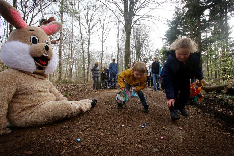 De kinderen gingen enthousiast op zoek naar paaseitjes.