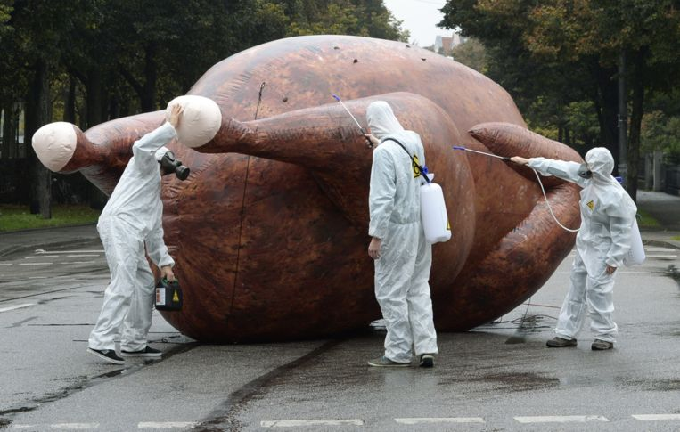 Demonstranten met een symbolische chloorkip bij een protest-actie in München. Beeld anp