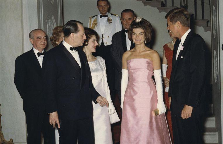 De mouwloze jurk was een favoriet van Jackie. Op officiële gala's ging ze soms voor strapless