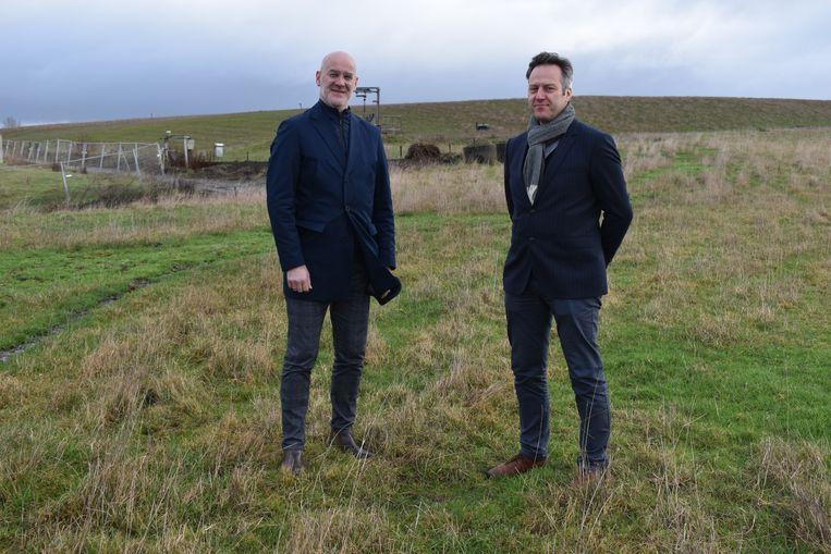 Bart Rooms (r) en Bart Wallays op de 32 hectare grote stortplaats.