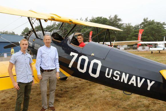 Janiek Meesters, Antoine Engelen en Pieter Daems bij een Boeing Stearman uit 1942.