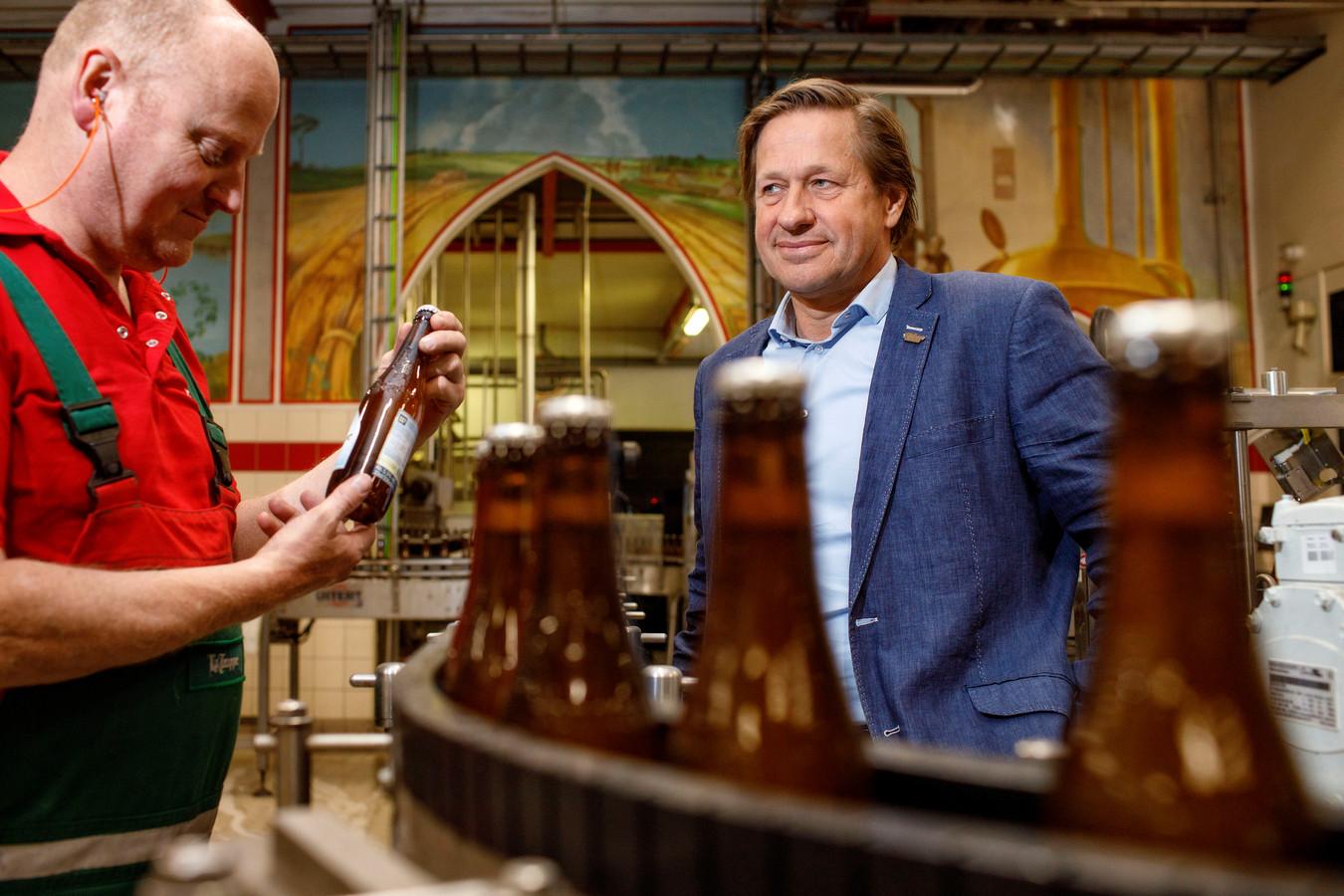 Directeur Thijs Thijssen (rechts) en medewerker Marcel Pulles bij de bottellijn van Bierbrouwerij de Koningshoeven.