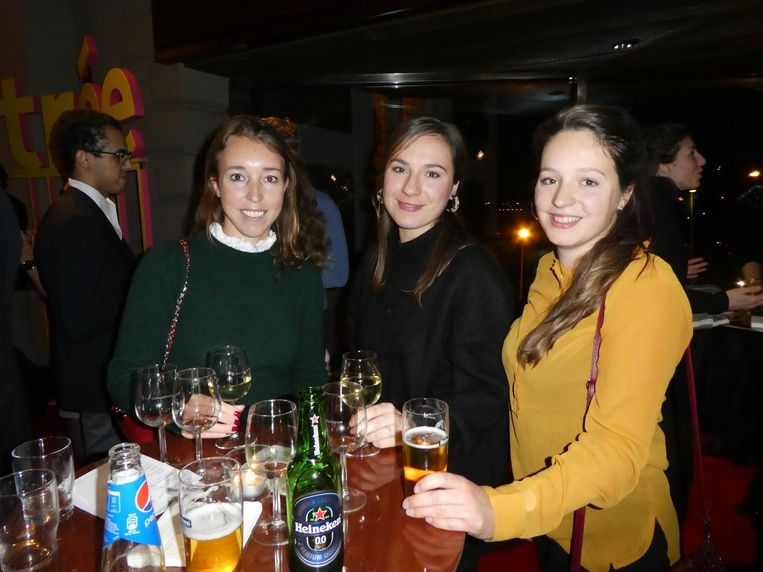 Pauline Vereijken (Ernst & Young): 'Ik ga ook naar Amsterdamse kroegen, foute hitjes, prima.' Met zussen/studenten Annelou en Janneke Meijerink. Beeld Hans van der Beek