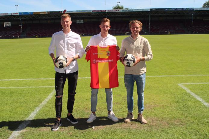 Mark Spenkelink, Dennis Hettinga en Thijs Dekker op het veld waar het voor hen allemaal moet gaan gebeuren.