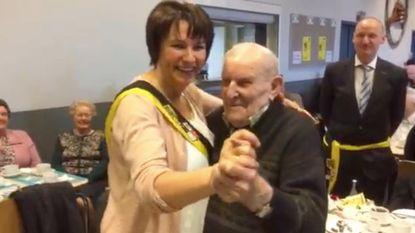 """104-jarige trekt zijn stoute schoenen aan: """"Ik trek de dames graag nog een keer tot tegen mijn gilet"""""""