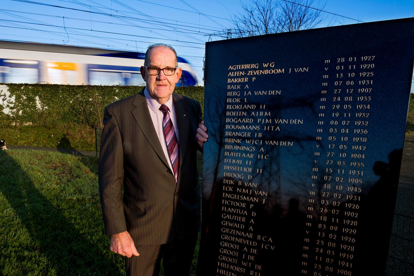 Als de nu 77-jarige André Smeding poseert bij de herdenkingsplek, wordt hij herkend door oudere Harmelenaren, die zich de treinramp nog goed kunnen herinneren.