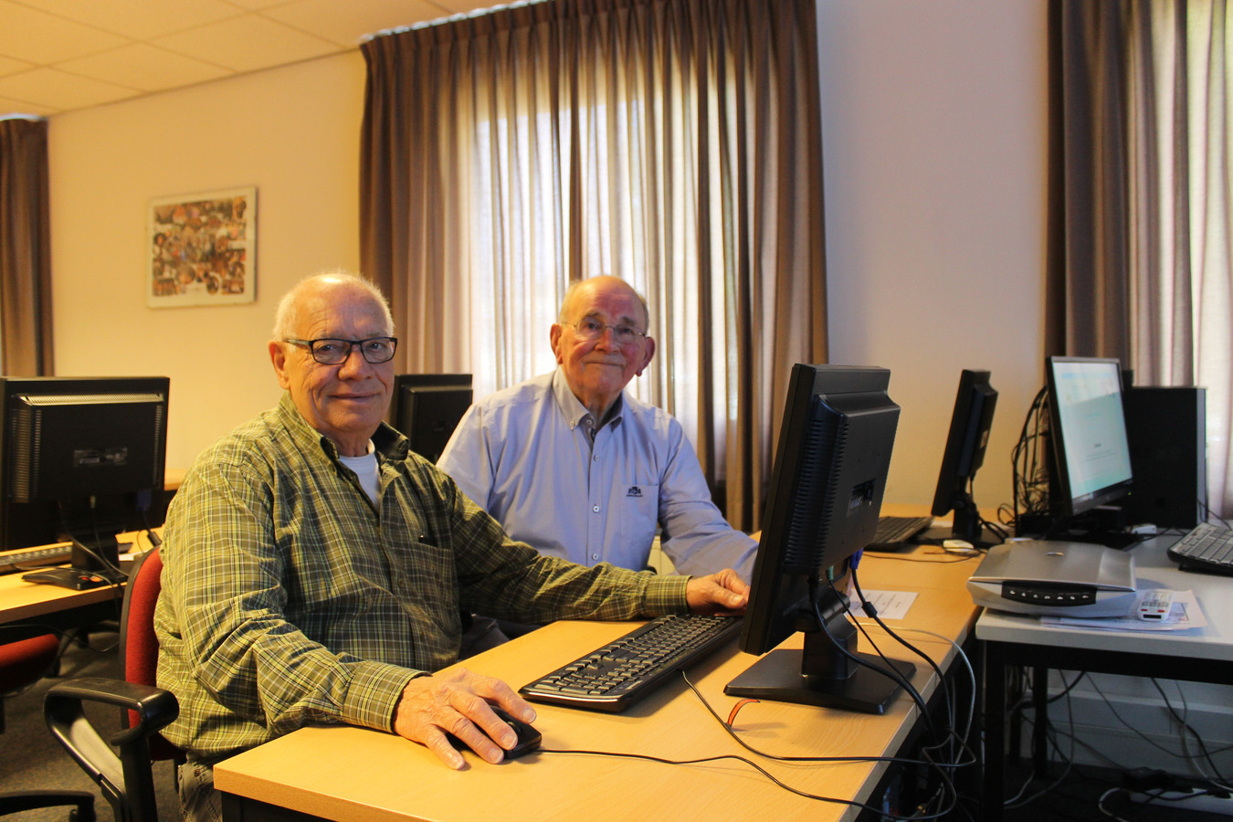 Vrijwilliger Johan Hoefnagels en voorzitter Peer Custers van Seniorcompas.