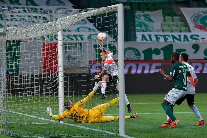 Rafael Santos Borre verschalkt doelman Weverton en zet River Plate op 0-2.