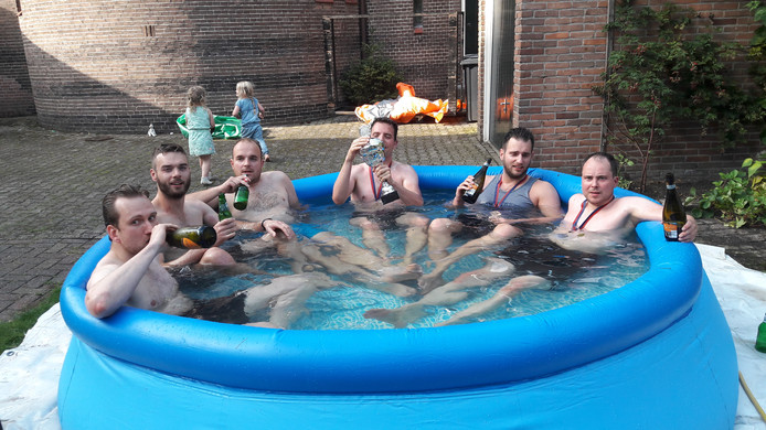 Het bier na afloop van het Worstelfestijn smaakt de gladiatoren voortreffelijk.