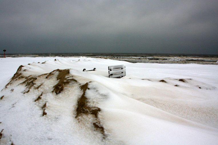 Sneeuw op het strand in Scheveningen. Beeld Irma van Middelkoop